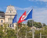 Flaggor av Zurich och Schweiz i staden av Zurich Royaltyfri Foto
