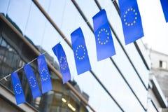 flaggor för commission för bakgrundsBelgien berlaymont brussels byggnad headquarters europeiska union Arkivbild