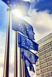 flaggor för commission för bakgrundsBelgien berlaymont brussels byggnad headquarters europeiska union Fotografering för Bildbyråer