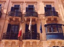 Flaggor för diplomatisk byggnad Arkivbild
