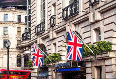 Flaggor för facklig stålar dekorerade på på gammal byggnad i London Arkivfoton