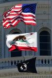 Flaggor för Kalifornien statKapitolium Royaltyfri Fotografi