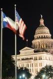 Flaggor flyger nattnedgångar Austin Texas Capital Building Motion royaltyfria foton