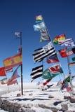 Flaggor i öken av Salar de Uyuni royaltyfri fotografi