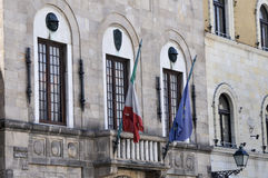 Flaggor och balkonger i Lucca Italien Royaltyfria Bilder