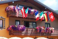 Flaggor och blommor Royaltyfri Bild