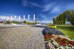 Flaggor och blommor längs hamnen i den Kreuzlingen stadscenten Arkivfoton