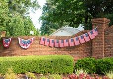 Flaggor och Bunting på tegelstenväggen Royaltyfri Fotografi