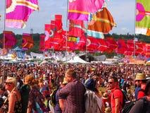 Flaggor och folkmassa för musikfestival Arkivfoton