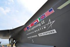 Flaggor och namn skrivev ut på sidan av Lockheed Martin, jaktflygplan för blixt F-35 på Singapore Airshow Royaltyfri Fotografi