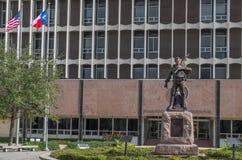 Flaggor och staty framme av den Galveston County domstolsbyggnaden Arkivbilder