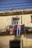 Flaggor på balkong av huset i Kuba Arkivfoton