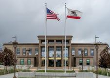 Flaggor på den Lassen County domstolsbyggnaden Royaltyfri Fotografi