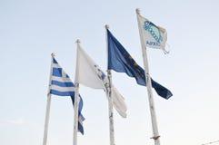Flaggor på hamnplatsen för fiskare` s i Glyfada, Aten, Grekland på Juni 14, 2017 Royaltyfria Bilder