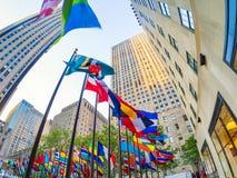 Flaggor på Rockefelleren centrerar i midtownen Manhattan Fotografering för Bildbyråer