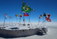 Flaggor på Salar de Uyuni Arkivbilder