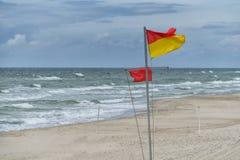 Flaggor på stranden Arkivfoto