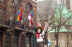 Flaggor på gammal byggnad Fotografering för Bildbyråer