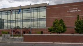 Flaggor som flyger på Carson City Courthouse Arkivbild