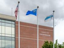 Flaggor som framme flyger av Carson City Courthouse Royaltyfri Fotografi