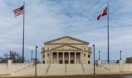 Flaggor som framme flyger av den Mississippi högsta domstolen Arkivfoton