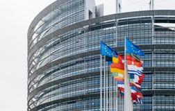 Flaggor som framme vinkar av Europaparlamentet Strasbourg Arkivbilder