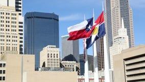 Flaggor som vinkar på i stadens centrum Dallas