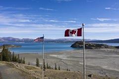 Flaggor som vinkar på soldats toppmöte royaltyfri fotografi