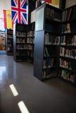 Flaggor vid bokhyllan i arkiv Arkivfoto