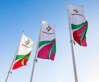 Flaggorna av oljebolag Tatneft mot blå himmel Royaltyfria Foton