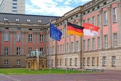 Flaggorna framme av Landtag Branderburg i Potsdam, Tyskland Royaltyfri Foto