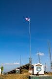 Flaggstången i sikt för blå himmel på berget Arkivfoto