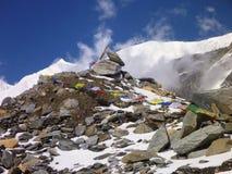 Flagh de Budhist au passage de l'Himalaya de haute montagne Image libre de droits