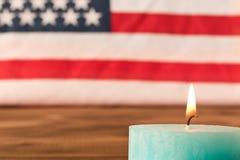 Flagi amerykańskiej i pomnika świeczka na dniu pamięci g??bii pola p?ycizny st?? drewniany Selekcyjna ostro?? zdjęcie stock