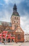 Flagi przed Dom kościelnymi w Ryskim obraz royalty free