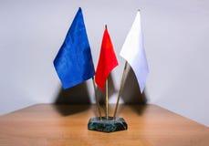 flagi Stołowa flaga Pusta biała flaga Mini flaga chorągwiany mały puste miejsce flaga na białym tle Zdjęcia Stock