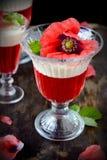 Flagig fruktgelé i exponeringsglas som dekoreras med Royaltyfria Foton