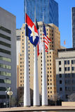 Flagpole, bandierine, costruenti nel corridoio di città di Dallas fotografie stock