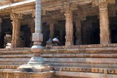 Flagpost和100柱子玛哈mandapa, Airavatesvara寺庙,达拉苏拉姆,泰米尔纳德邦 从东北镇的看法 免版税库存照片