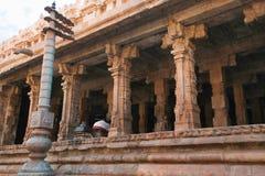 Flagpost和100柱子玛哈mandapa, Airavatesvara寺庙,达拉苏拉姆,泰米尔纳德邦 从东部的看法 免版税库存照片