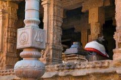 Flagpost和100柱子玛哈mandapa, Airavatesvara寺庙,达拉苏拉姆,泰米尔纳德邦 从东部的看法 免版税库存图片