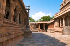 Flagpost和100柱子玛哈mandapa, Airavatesvara寺庙,达拉苏拉姆,泰米尔纳德邦 Nataraja mandapa被看见在末端 看法从 免版税库存图片