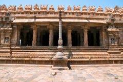 Flagpost och 100 pelare Maha-mandapa, Airavatesvara tempel, Darasuram, Tamil Nadu Sikt från öst Fotografering för Bildbyråer