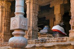 Flagpost och 100 pelare Maha-mandapa, Airavatesvara tempel, Darasuram, Tamil Nadu Sikt från öst Royaltyfria Bilder