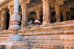 Flagpost och 100 pelare Maha-mandapa, Airavatesvara tempel, Darasuram, Tamil Nadu Sikt från norr öst Arkivbilder