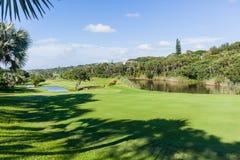 Flagstick för golfbanahålgräsplan vatten Arkivfoton