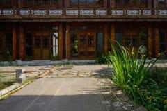 Flagstone-bedekte straat vóór de Chinese traditionele bouw in su royalty-vrije stock foto
