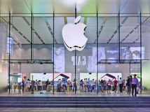Flagstore alla notte, Shanghai, Cina di Apple Fotografia Stock