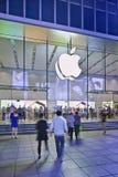 Flagstore en la noche, Shangai, China de Apple Imagen de archivo libre de regalías