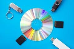 Flah DVD USB fährt und Karten auf blauem Hintergrund Lizenzfreie Stockfotografie